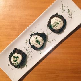 Bocaditos con yogur griego e hinojo picado